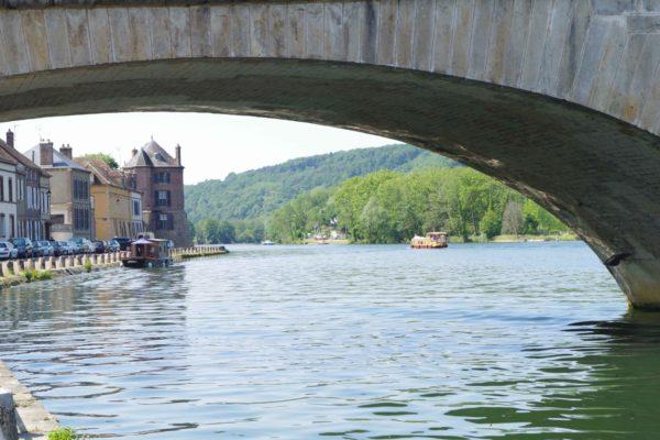 Banks of the Yonne in Villeneuve-sur-Yonne, view under Saint Nicolas Bridge